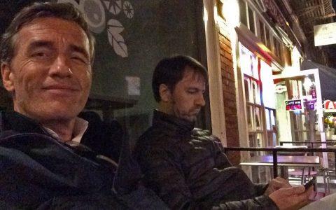Stefan und Michael loggen sich vor einem geschlossenen Starbucks in New York ins WLAN ein.