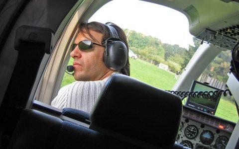 Navigator Michael checkt, ob der Luftraum hinter uns wirklich frei ist.
