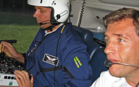 Ein Mann extra für die Heli-Kamera: Präzisionsarbeit im Dialog mit dem Piloten vorne.