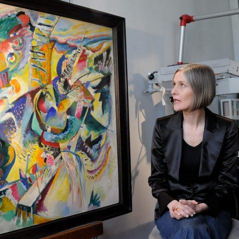 Iris Winkelmeyer erklärt uns ein Kandinsky-Bild: Es wirkt, als hätte er es eben erst gemalt.