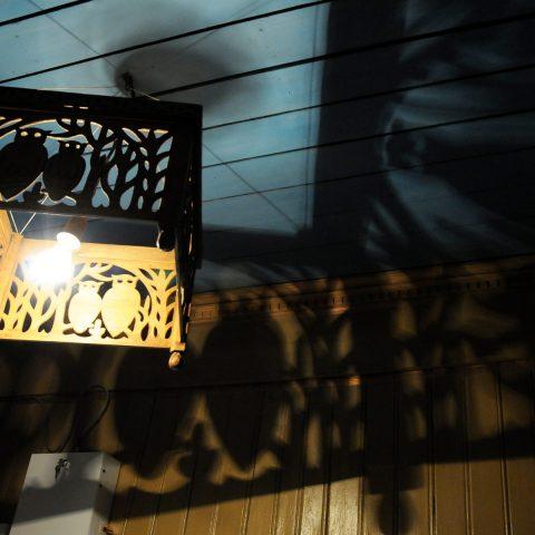 Schattenspiele mit Märchenfiguren in einem alten russischen Landhaus.