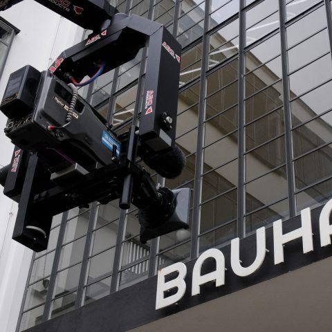 Unser Kran umrundet das Bauhaus.
