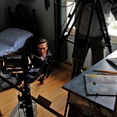 Stefan vor Kandinskys Bett - aber hellwach mit Blick aufs Kamerabild!