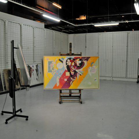 Im Lager des Centre Pompidou nehmen wir weitere Gemälde auf.