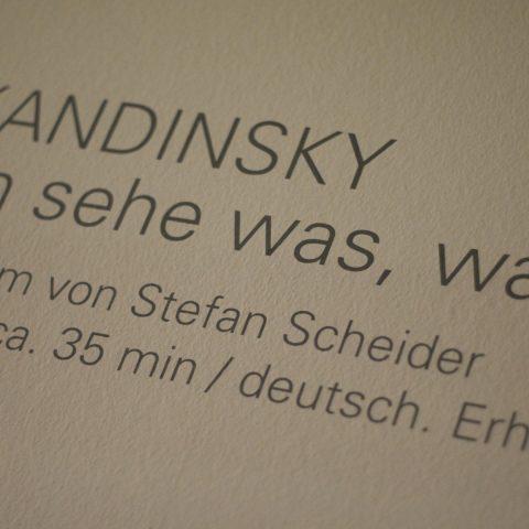 """Scheider bekommt sogar einen eigenen """"Credit"""" an der Wand im Lenbachhaus: Hier läuft der Film im einen extra errichteten Kino."""