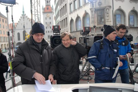 Und dann Kamera Zwo: Regiebesprechung im eiskalten Wind mitten auf dem Marienplatz.