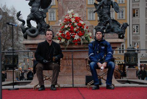 Generalprobe: Unsere Jungs testen die beiden VIP-Sessel an der Mariensäule.
