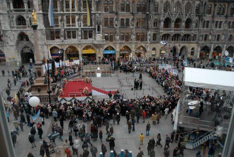 Nur das Wetter spielt nicht mit: Der Münchner Marienplatz füllt sich langsam.