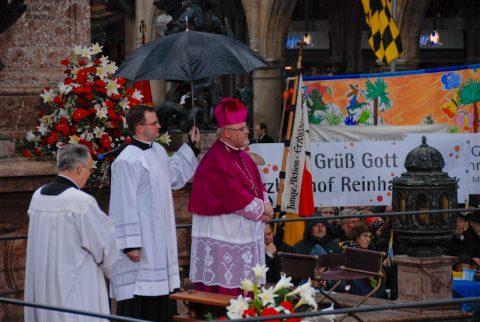 Auftritt: Gut erkennbar durch die leuchtenden Farben - der neue Erzbischof betritt das Podest auf dem Marienplatz.