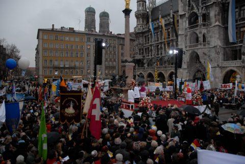 Jubel: Die Münchner schließen den neuen Erzbischof ins Herz.