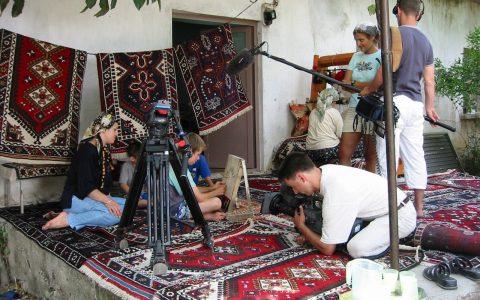 """Kamera läuft! Das Herstellen von Teppichen wird von Generation zu Generation weitergegeben. So zeigen wir einen kleinen Buben am Webstuhl. Und das hat rein gar nichts mit """"Kinderarbeit"""" zu tun..."""