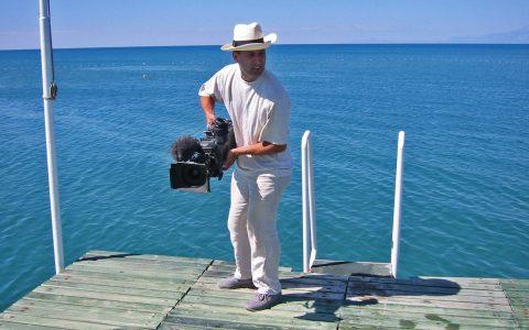 """Wasserscheu: Ullis Kamera gilt als wasserscheu und alles andere als wasserdicht. Doch der Kameramann hat sein """"Baby"""" immer fest im Griff und so kriegt das Teil nicht mal einen Spritzer ab."""