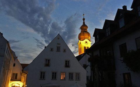 Blaue Stunde in Wolnzach: Die Kirche im Mondschein - und Party in den Gassen! Höchst romantischer Ausklang von Lauf10!