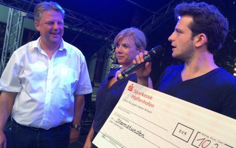 Da kommt wieder was zusammen: Bürgermeister Jens Machold überreicht einen Scheck über 10.200 Euro an Sternstunden-Paten Tommy Schwimmer!