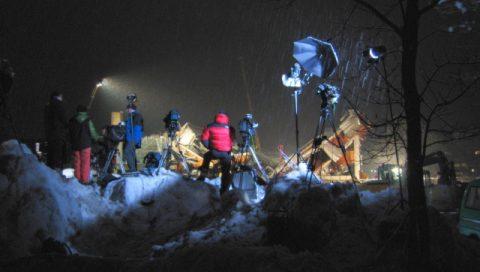 Kulisse des Schreckens: Auf einem kleinen Schneehügel beziehen Sender aus vielen Ländern Stellung. BBC, ORF, ARD und andere Stationen berichten live aus Bad Reichenhall. Die Kulisse macht sogar hartgesottene Nachrichten-Teams erst einmal stumm.