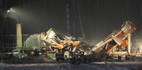 Rettungsarbeiten: Stundenlang müssen die Rettungsarbeiten ruhen, weil die Trümmer instabil sind und der Rest jeden Moment einbrechen könnte.