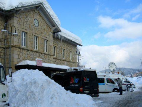 Signal auf rot: Blick auf die Fernseh-Teams am Bahnhof von Zwiesel. Dort fährt inzwischen auch kein Zug mehr.