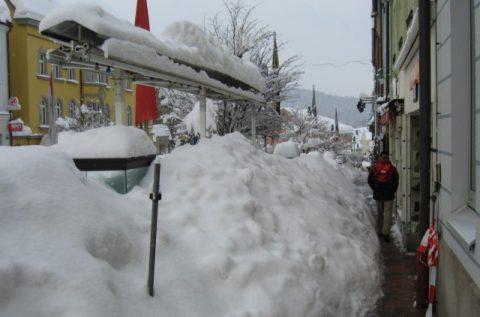 Alles weiß: Bürgersteige gibt es nicht mehr - und wenn, dann rennen die Fussgänger wie durch weiße Tunnels. Wer im Erdgeschoss wohnt, sieht beim Blick aus dem Fenster oft nur auf eine weiße Wand. Zwiesel versinkt im Schnee.