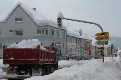 Weg damit! LKW transportieren Tonnen von Schnee aus dem Ort. Denn wenn bald Tauwetter einsetzt, dann herrscht noch einmal Katastrophenalarm. Denn dann drohen Matsch und Fluten.
