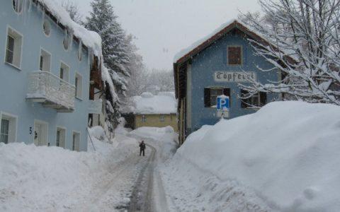 Autofahren zwecklos: Einige Urlauber erreichen zwar den Wintersport-Ort, doch viele Autofahrer bleiben schon an den kleinsten Steigungen hängen. Dann legen die Bürger kurz ihre Schneeschaufel zur Seite und schieben kräftig an. Alle helfen zusammen - ein Lichtblick in der Katastrophe!