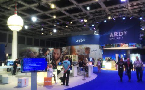 Die ARD-Halle 2.2 im vertrauten Blau - dieses Mal aber mit einem Berliner Mini-Fernsehturm!