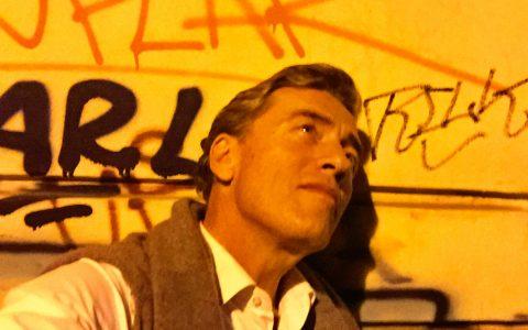 Nächtliches Selfie vor Graffitti-Wand: Dieses Berlin gefällt mir! Sehr sogar.