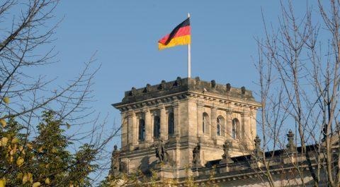 Stahlblau und Schwarzrotgold: Spaziergang am Reichstag vorbei.