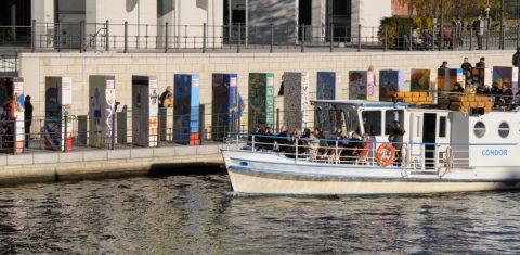 Einmal durch die Zeitgeschichte schippern: Volle Touri-Boote!