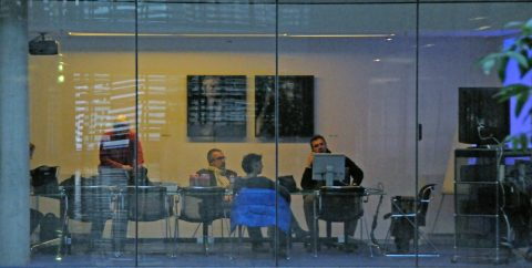 Plan A: Wir gestalten die Sendung am Montag. Produktionschef Wally (rechts) organisiert alles - vom Fahrrad bis zum Studio vor dem Brandenburger Tor.