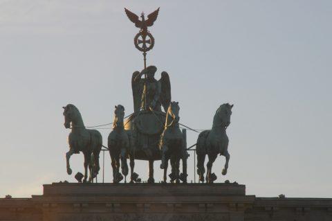 Zweirad monumental: Die Quadriga auf dem Brandenburger Tor - der berühmte Streitwagen mit Blickrichtung Osten...