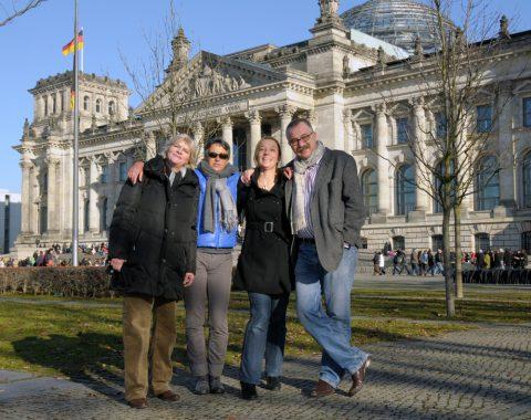 Gruppenbild mit Herr: Unser Team - Gabi (Regie), Ira (Aufnahmeleitung), Anja (Teamchefin) und Thomas (Redaktion).