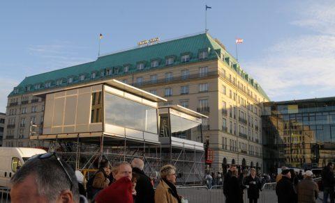 Das mobile Studio: Zwei Glas-Kabinen vor dem Hotel Adlon - rechts campiert die Deutsche Welle, links die ARD.