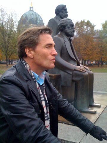 Marx, Engels, Scheider: Na endlich - unsere Fahrradtour ist im Kasten. Nahe des Alexanderplatzes umrunden wir die alten Denkmäler der DDR. Autor Thomas drängt schon ein wenig - denn in wenigen Minuten verschwindet auch noch das letzte Tageslicht - und dann passen all die Szenen vielleicht nicht mehr zusammen. Wird überhaupt langsam auch Zeit für das Ende des Drehtages - denn die Kälte kriecht inzwischen durch alle drei Pullover durch...;-)