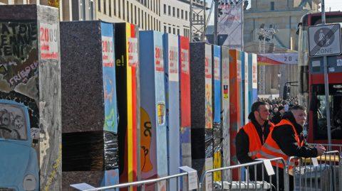 Domino-Day: 1000 Mauerstücke ziehen sich in Reihe durch die Stadt - sie fallen am Montagabend. Und jedes einzelne Teil haben junge und alte Künstlerhände verziert. Geniale Idee...