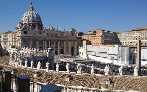 Strahlend blauer Himmel über dem Petersplatz: Tausende Gläubige erleben lebendige Kirchengeschichte mit!
