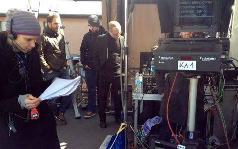 Und gleich gehts los: Studiogast und Aufnahmeleiterin sind in Position - genauso wie der Moderator.