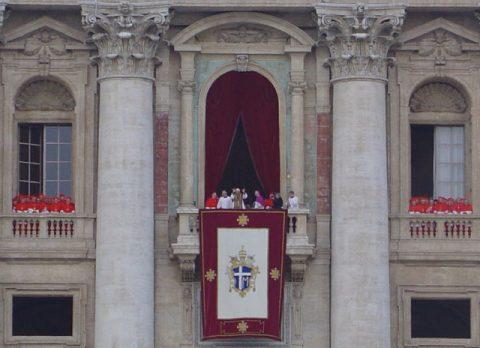 Erscheinung: Der Papst tritt zum ersten Mal auf den Balkon!