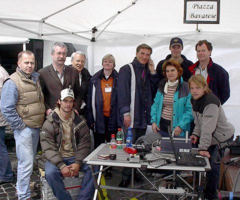 """Die Medien-Maschinerie läuft! Auch am """"Piazza Bavarese"""" tobt der Bär: Gleich geht das ARD Mittagsmagazin auf Sendung. Zwei Minuten bleiben für ein Familienfoto."""