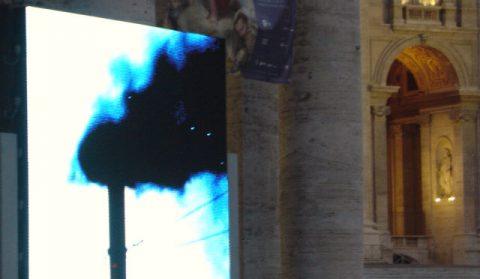 Rauch! Plötzlich laute Rufe, auf der Straße rennen Menschen in Richtung Petersplatz! Wir haben ein Rauchzeichen. In den Abendstunden steigt die Rauchfahne über der sixtinischen Kapelle auf...