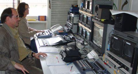 Regisseur Luc kontrolliert alle Leitungen und Kameras!