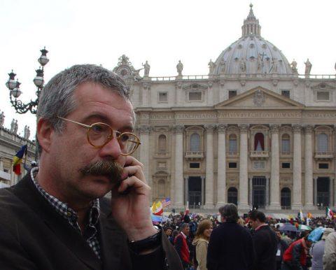 Funkloch Vatikan: Teamchef Thomas versucht, Verbindungen aufzubauen.