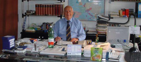 Politik- und Papstexperte Professor Weidenfeld beim Zeitungsstudium.