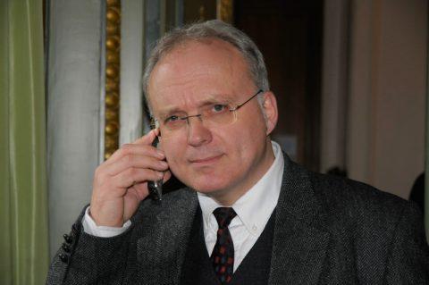 Achso: Karl leitet das Rundschau-Team vor Ort im Hotel und telefoniert gerade die zwei Stücke durch.