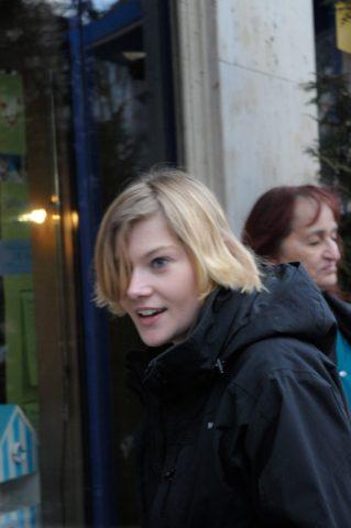 """Alles voll im Griff: Aufnahmeleiterin Nelly zwischen Bürgersteig und zweitem Stock - sie macht das Stück Straße vor dem Hotel """"sendebereit""""."""