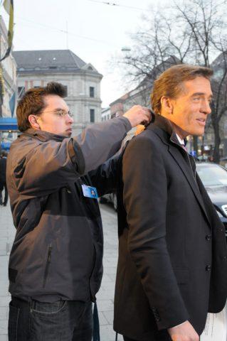 Stefan kriegt noch einen kleinen Mann ins Ohr gesteckt - für Regie-Anweisungen während der Show.