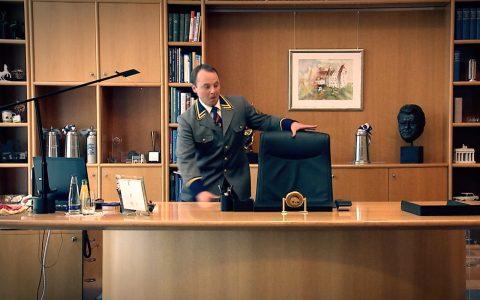 Heimliches Probesitzen: Unser Bediensteter kapert den Sessel des Ministerpräsidenten.
