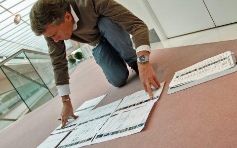 Scheider hakt das Storyboard ab: Stück für Stück entsteht das Werk.