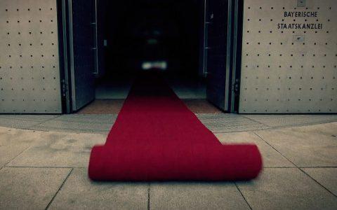 Der rote Teppich rollt sauber hinaus in die Welt.