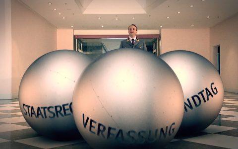 Die drei Kugeln erwachen zum Leben: So funktioniert Politik in Bayern.