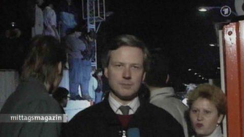 Damals... Reporter Robin Lautenbach erscheint noch einmal - damals vor 20 Jahren an der Invalidenstraße. Er berichtet Stunden über Stunden über den historischen Dammbruch...